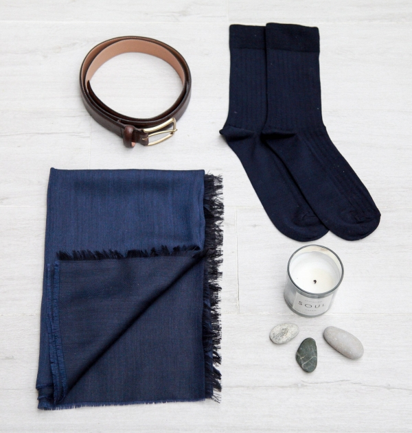The giftbox contains a belt, 1 pair of socks and a scarf