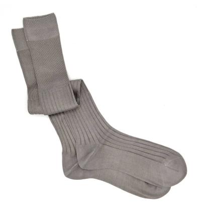 chaussettes-montantes-mi-bas-unies-gris-plume-en-pur-fil-d'écosse-remaillées-à-la-main-pour-hommes