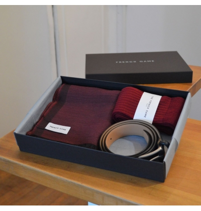 The giftbox contains a belt, 1 pair of socks and a matching scarf