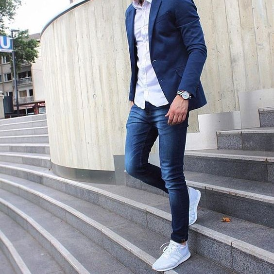 Style casual chic homme sneakers blanches tee shirt blanc blazer